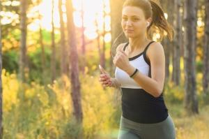 femme faisant de la course à pieds