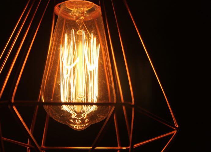 Une lampe avec ampoule à filament